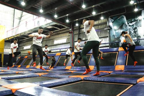 Một nhóm nhảy bạt nhún ở trung tâm của Jum Arena tại khu dân cư Him Lam, quận 7, TP HCM.