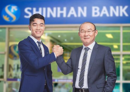 HLV Park Hang Seo và đội trưởng Lương Xuân Trường trở thành đại sứ thương hiệu mới của Ngân hàng Shinhan.