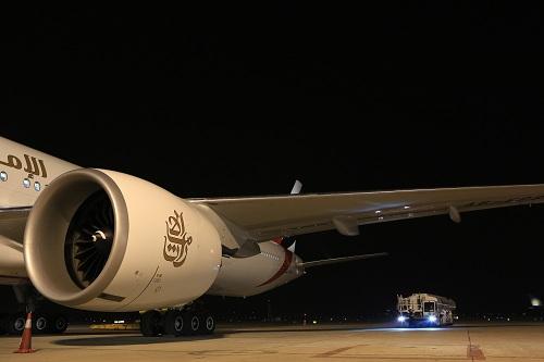 Petrolimex Aviation tra nạp nhiên liệu cho hãng hàng không Emirates tại Cảng HKQT Nội Bài.