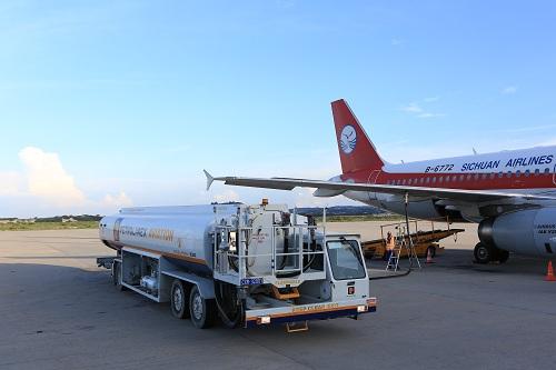 Petrolimex Aviation tra nạp nhiên liệu cho hãng hàng không Sichuan Airlines tại Cảng HKQT Cam Ranh