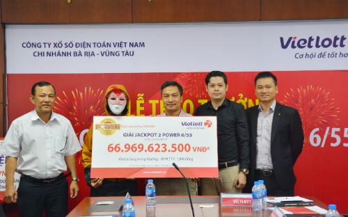 Nữ khách hàng Lâm Đồng nhận giải thưởng gần 67 tỷ đồng hôm 24/4.