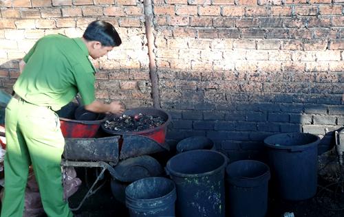 Những xô chậu cáu bẩn của cơ sở tại Đăk Nông dùng để nhuộm vỏ cà phê với bột pin. Ảnh: Kh. Uyên
