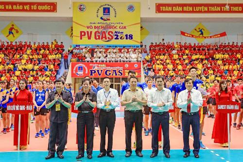 Ông Trần Đức Phấn, Phó tổng Cục trưởng Thể dục Thể thaocùng các đại biểu đã tặng hoa và cờ lưu niệm cho các đội tham dự.