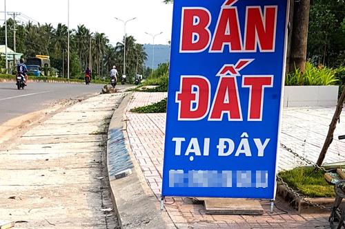 Một trong những áp phích rao bán đất ở trục đường chính của huyện đảo Phú Quốc. Ảnh: Phúc Hưng