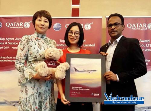 Bà Jeanie Jin - Giám đốc Thương Mại Văn phòng Qatar Airways Hà Nội, trao tặng giải thưởng Top Agent 2017 (đại lý hàng đầu) cho bà Nguyễn Thị Huyền - Giám đốc điều hành Vietrantour (ở giữa)
