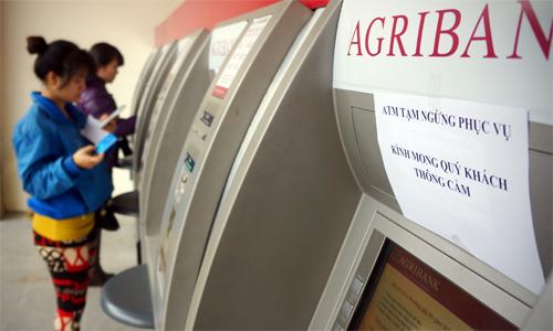 Khách thực hiện giao dịch tại các ATM của Agribank. Ảnh: N.M.