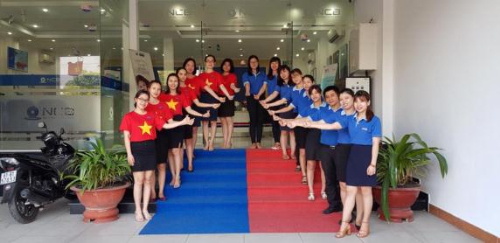 Dip này, khách hàng khi tới giao dịch tại ngân hàng Quốc Dân đềubắt gặp hình ảnh các giao dịch viên trong sắc áo cờ đỏ sao vàng, hòa chung không khí ngày nghỉ lễ 30/4.