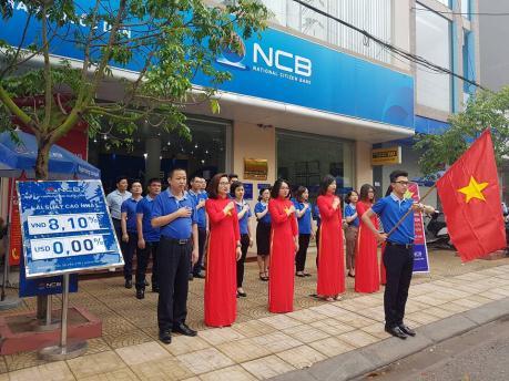 Hoạt động chào cờ đã diễn ra trong không khítrang nghiêm tại Hội sở và tất cả các chi nhánh của NCB trên toàn quốc.
