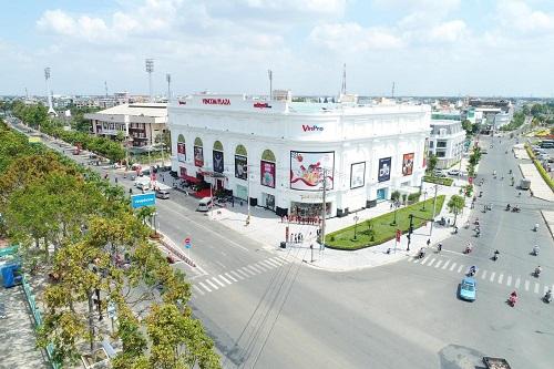 Các TTTM Vincom Plaza được thiết kế sang trọng, hiện đại, là điểm nhấn kiến trúc của thành phố.