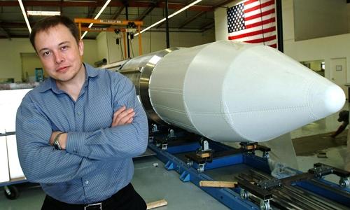 Elon Musk bên một tên lửa năm 2014. Ảnh: AFP