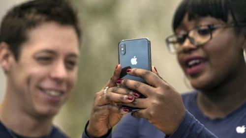 iPhone vẫn là sản phẩm chủ lực của Apple. Ảnh: AFP