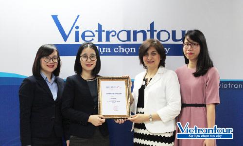Bà Alla Gorskaya, Điều phối viên khu vực châu Á của hãng hàng không quốc gia Liên Bang Nga - Aeroflot (áo trắng) trao tặng giấy chứng nhận Top 6 Best Growth Tour Operator năm 2017 (Top 6 đơn vị lữ hành tăng trưởng tốt nhất) cho bà Nguyễn Thị Huyền - Giám đốc điều hành Vietrantour (thứ hai từ trái sang).