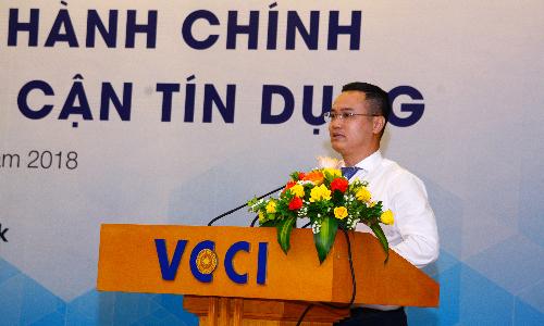 Ông Nguyễn Đình Vinh - Phó Tổng giám đốc VietinBank phát biểu tại một hội thảo về giải pháp cải thiện chỉ số tiếp cận tín dụng của doanh nghiệp.