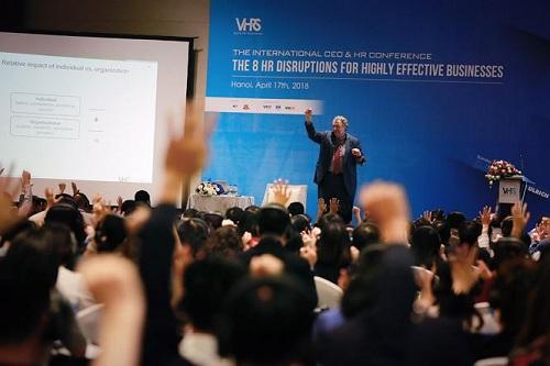 Giáo sư Dave Ulrich thuyết giảng trước hơn 500 khách mời.