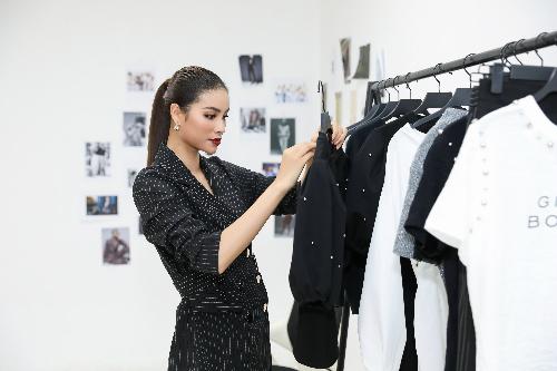 Hoa hậu Phạm Hương đang xem xét các thành phẩm trong bộ sưu tập.