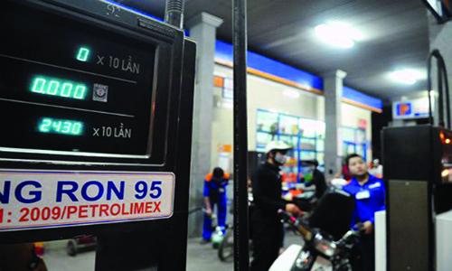 Bán xăng RON 95 tại một cây xăng thuộc hệ thống của Petrolimex.