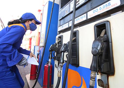 Kiểm tra lượng tiêu thụ xăng tại một cây xăng thuộc Petrolimex. Ảnh: Ngọc Thành