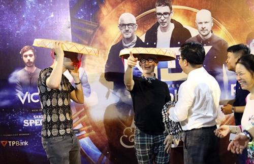 Jono Grant, Tony McGuinness tỏ ra thích thú chiếc nón đặc biệt này.