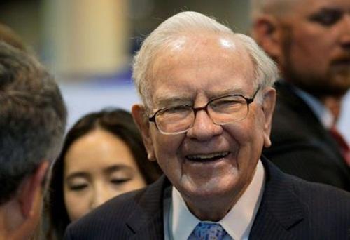 Warren Buffett đi dạo quanh khu triển lãm tại ĐHCĐ Berkshire Hathaway. Ảnh: Reuters