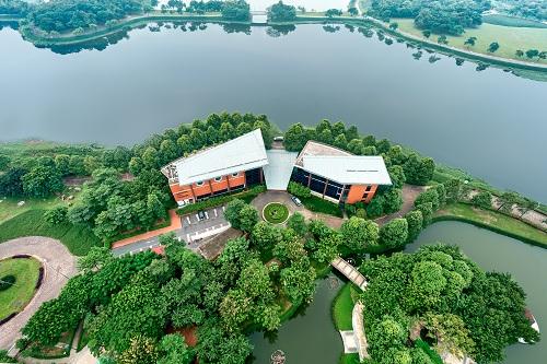 Công viên Yên Sở tọa lạc trong khu đô thị sinh thái Gamuda City thu hút nhiều gia đình đến vui chơi dịp cuối tuần nhờ không gian sinh thái trong lành.
