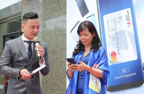 Khách hàng hào hứng trải nghiệm thanh toán bằng thẻ Maritime Bank Mastercard qua ứng dụng Samsung Pay.