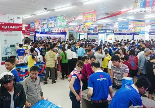 Khách hàng mua sắm tại chuỗi điện máy Trần Anh.