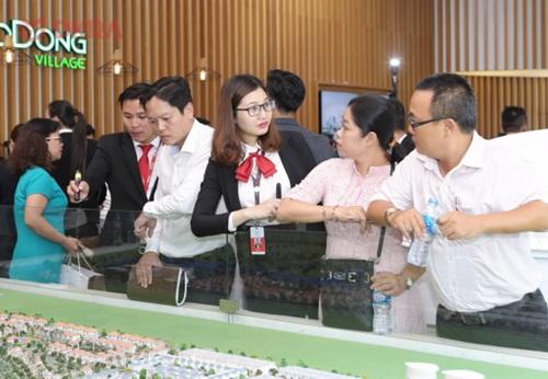 Đông đảo khách hàng đã tới tham quan tìm hiểu dự án ngay trong ngày ra mắt.