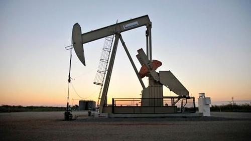 Một máy bơm dầu đang hoạt động tại một giếng dầu ở Oklahoma (Mỹ). Ảnh: Reuters