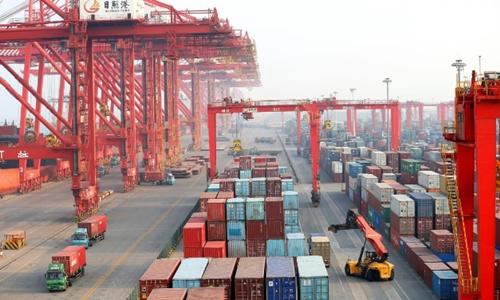 Container và xe tải tại một cảng biển ở Sơn Đông (Trung Quốc). Ảnh: Reuters