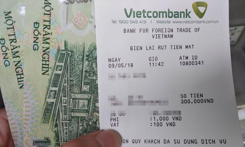 Mức phí 1.100 đồng của Vietcombank sẽ được thay đổi từ ngày 16/5. Ảnh: Anh Tú.