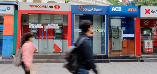 Một chuỗi ATM được đặttrên đường phố Hà Nội. Ảnh: Thanh Hải.