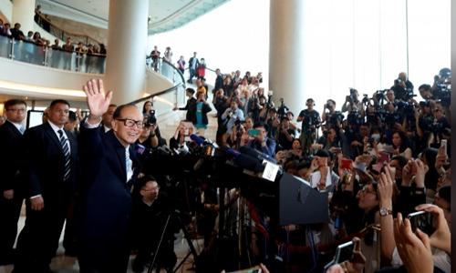Li Ka-shing chào tạm biệt các phóng viên sau ĐHCĐ hôm nay. Ảnh: Reuters