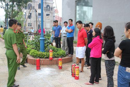Cảnh sát PCCC hướng dẫn về nguyên lý hoạt động của bình cứu hỏa và cách sử dụng.