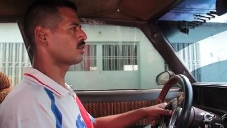 Công nhân dầu mỏ Venezuela lái thêm taxi để tăng thu nhập. Ảnh: CNN