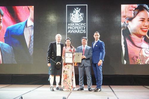 Đại diện Vinhomes nhận giải Khu đô thị tốt nhất Việt Nam 2018 cho KĐT Vinhomes Riverside do APPA vinh danh.
