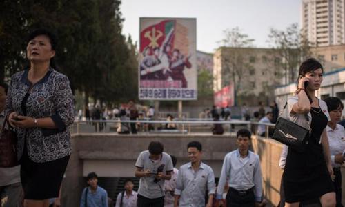 Người dân Triều Tiên đi bộ trên đường phố Bình Nhưỡng. Ảnh:CNN