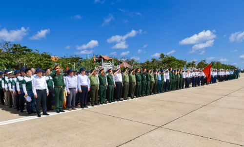Toàn cảnh buổi gặp mặt và tặng quà tại thị trấn Trường Sa trên đảo Trường Sa