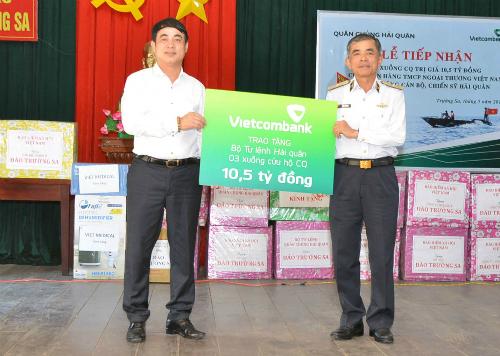 Ông Nghiêm Xuân Thành (trái) trao biển tượng trưng hỗ trợ 3 xuồng CQ trị giá 10,5 tỷ đồng.
