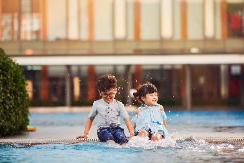 Các bé vui đùa tại bể bơi CLB Gamuda Gardens.