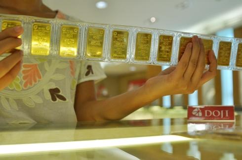 Giao dịch vàng miếng SJC tại doanh nghiệp trong nước. Ảnh: PV.
