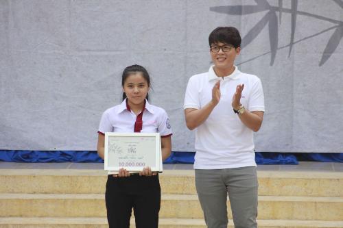 Diễn viên Hòa Hiệp đại diện nhà tài trợ trao học bổng cho em Mai Cẩm Tiên - Trường THPT Vĩnh Thạnh (Cần Thơ) trong thập 8 của chương trình.
