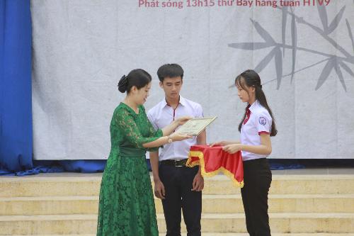 Đại diện Bia Saigon trao học bổng cho em Nguyễn Văn Khang trường THPT Vĩnh Thạnh - Cần Thơ trong chương trình Ước mơ từ làng tập 9.