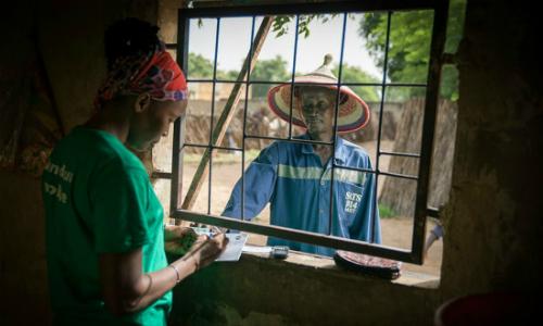 Một người nông dân mua thẻ cào myAgro tại cửa hàng địa phương.