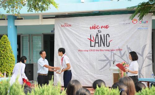 Đại diện Bia Saigon trao học bổng cho em Huỳnh Tiến Phát trường THPT Trịnh Hoài Đức - Tiền Giang.