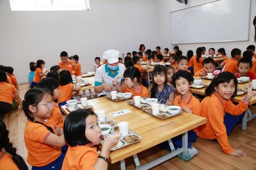 Bữa trưa ngon miệng mang tới niềm hứng khởi cho trẻ nhỏ.