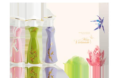 Sản phẩm nước hoa Miss Vietnam không chỉ được đầu tư nghiên cứu nghiêm túc về đặc tính văn hóa của 3 miền Bắc  Trung  Nam mà còn sử dụng các nguyên vật liệu cổ truyền mang tính đặc thù của Việt Nam để sản xuất bao bì. Kỹ thuật chế tác đẳng cấp và Văn hóa Việt Nam đã được các nghệ nhân khéo léo thổi hồn vào từng chi tiết trên từng sản phẩm.  Dưới bàn tay tài hoa của các nghệ nhân lâu đời chế tác gốm sứ mỹ nghệ, bao bì của của bộ sản phẩm Miss Vietnam mang đậm tính dân tộc, sắc xảo và nghệ thuật với những đặc tính ưu việt của gốm sứ như chống thấm, chịu nhiệt cao, giảm khả năng bay hơi và giữ hương nước hoa lâu hơn nhưng vẫn đảm bảo tính sáng tạo và đặc tính cao cấp của sản phẩm.