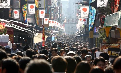 Một đường phố đông đúc tại Nhật Bản. Ảnh: Bloomberg