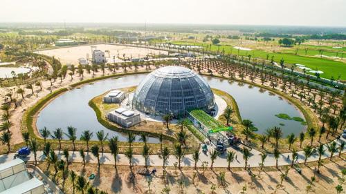 Nông trường này sử dụng nhiều công nghệ canh tác hiện đại, thông minh như  nhà kính điều khiển khí hậu (Pháp), canh tác nhiều tầng (Singapore), công nghệ sản xuất nhà màng và tưới thông minh (Israel)&