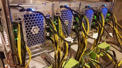 Một dàn thiết bị đào Bitcoin của Canaan.