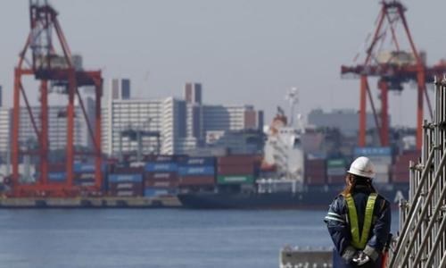 Công nhân tại một cảng biển ở Tokyo (Nhật Bản). Ảnh: Reuters
